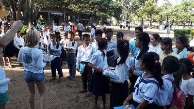 Distribution des uniformes aux enfants les plus nécessiteux