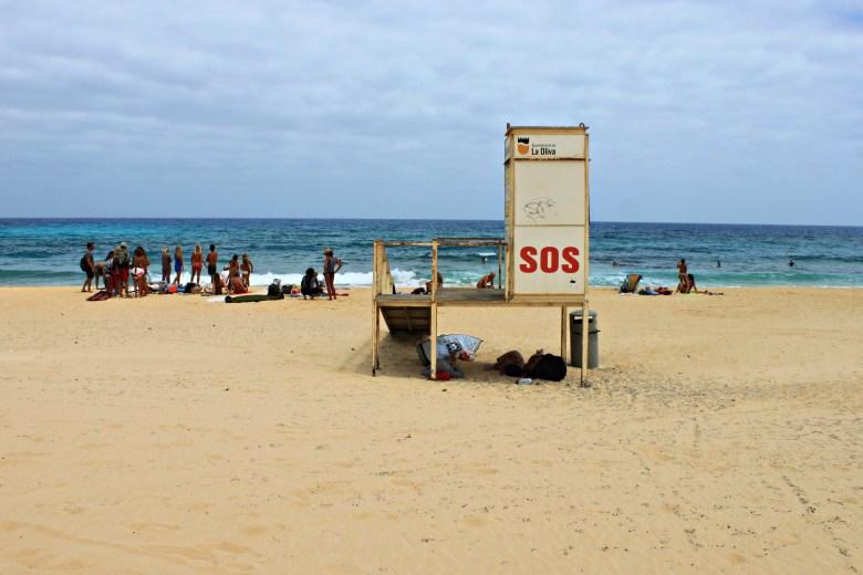Torretta di avvistamento di legno sulla spiaggia delle Dune di Corralejo, Fuerteventura
