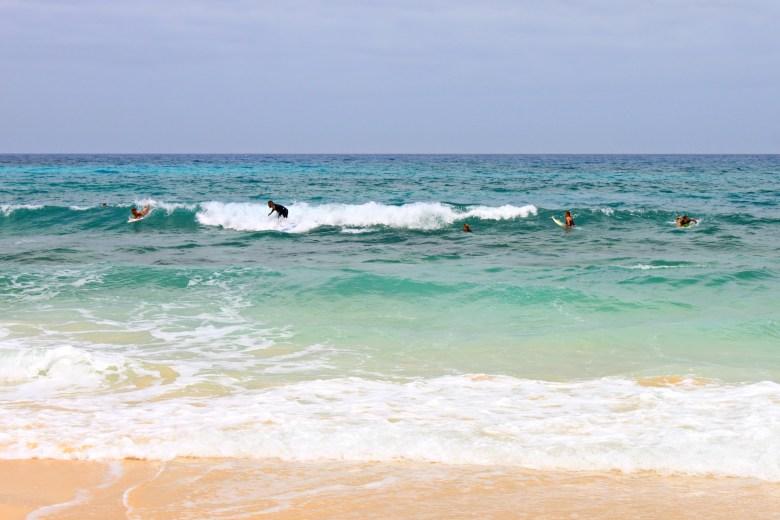 Surfisti in azione presso la Spiaggia delle Dune di Corralejo, Fuerteventura