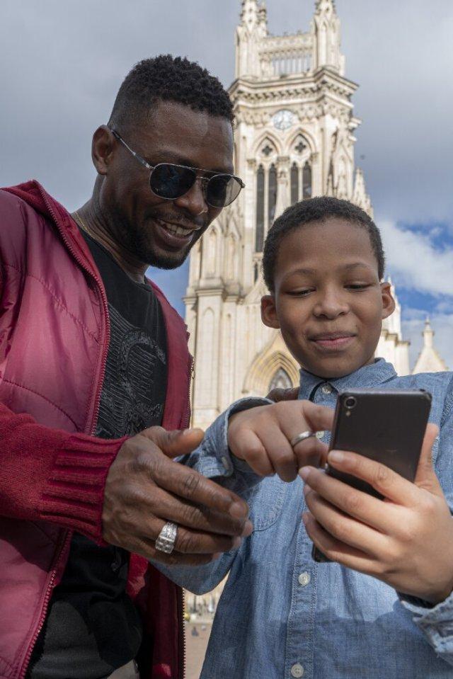 Pesonas etnicas viendo un celular