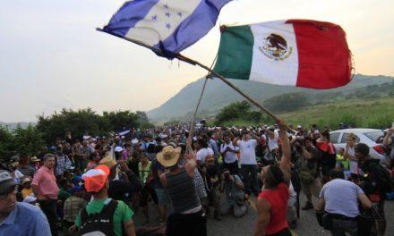 Otorgan 111 CURP a migrantes centroamericanos en México y PF abre paso a caravana