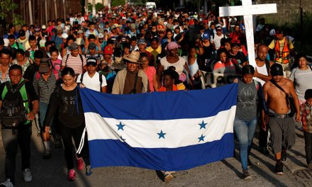 """""""En mi país nomás mi bandera ondea"""": Conductor a migrantes centroamericanos"""
