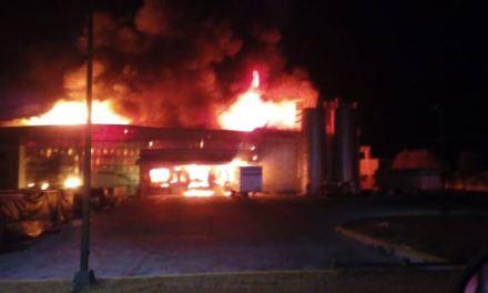 Combaten fuerte incendio en San Juan de los Lagos