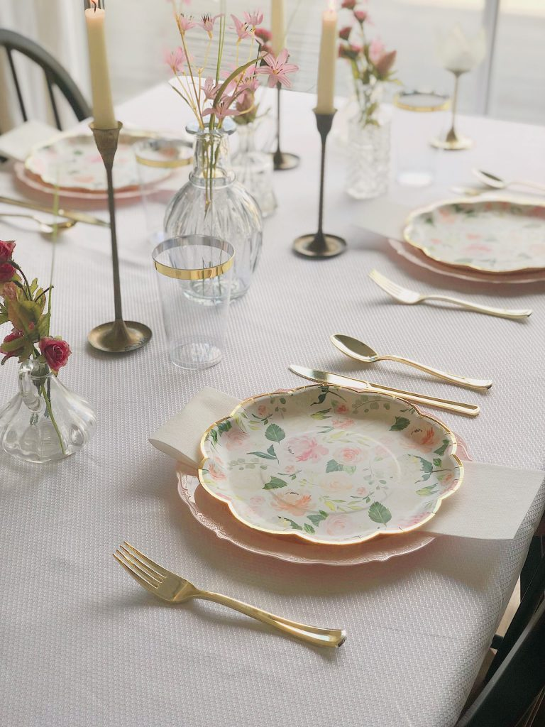 Easter table scapes for an affordable price? Uhh yeah sis sign me up! This table setting is super easy, very cute, and what you need to host the Easter lunch of your dreams.