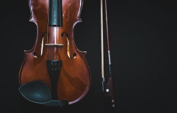 Photo de violon et son archet sur fond noir