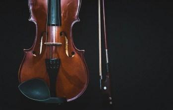 Photo de violon et son archet sur fond noir