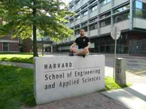 Caio orgulhoso em Harvard :)