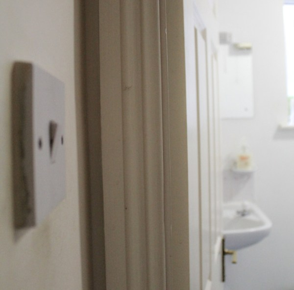 Imagem via: http://eraumavezdublin.blogspot.ie/2011/05/por-que-o-interruptor-do-banheiro-fica.html