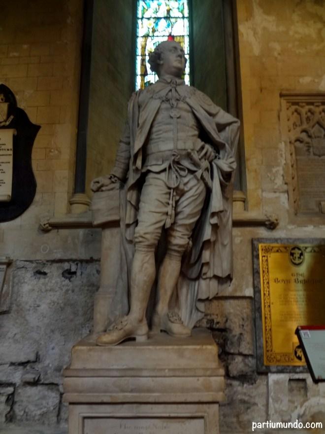Estátua do Marquês de Buckingham usando os paramentos e insígnias da Ordem de São Patrício.