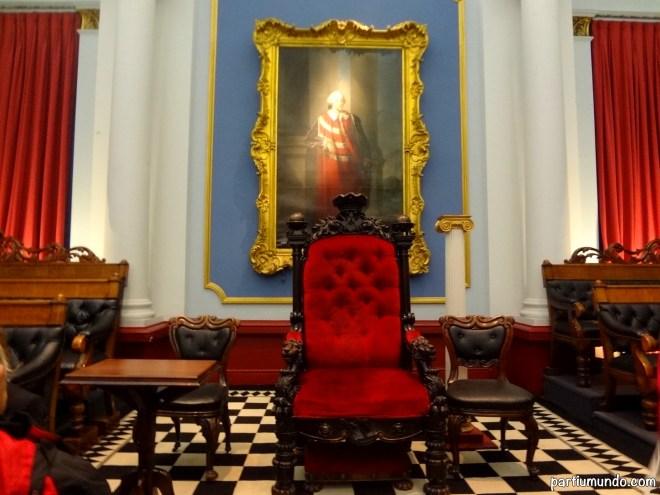 O tapete simboliza o piso do Templo de Salomão, a viagem dos membros da escuridão para a luz que está sendo representada pelos quadrados pretos e brancos.