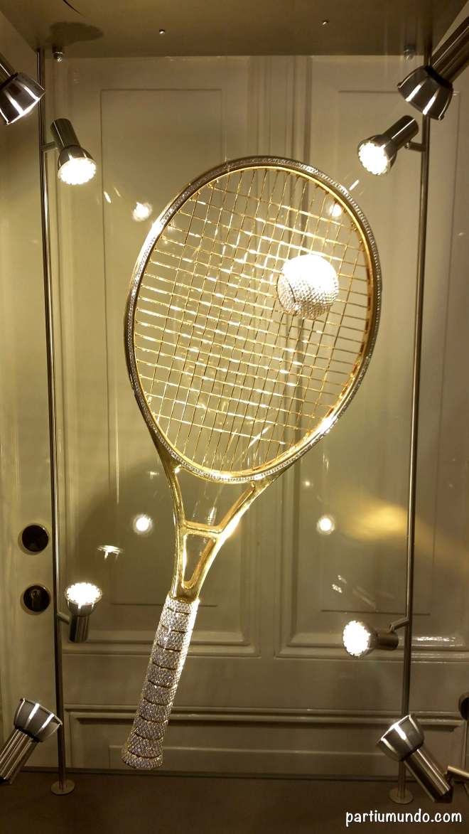 Golden Racket - raquete de ouro cravejada com 1420 diamantes / gold racquet studded with 1,420 diamonds