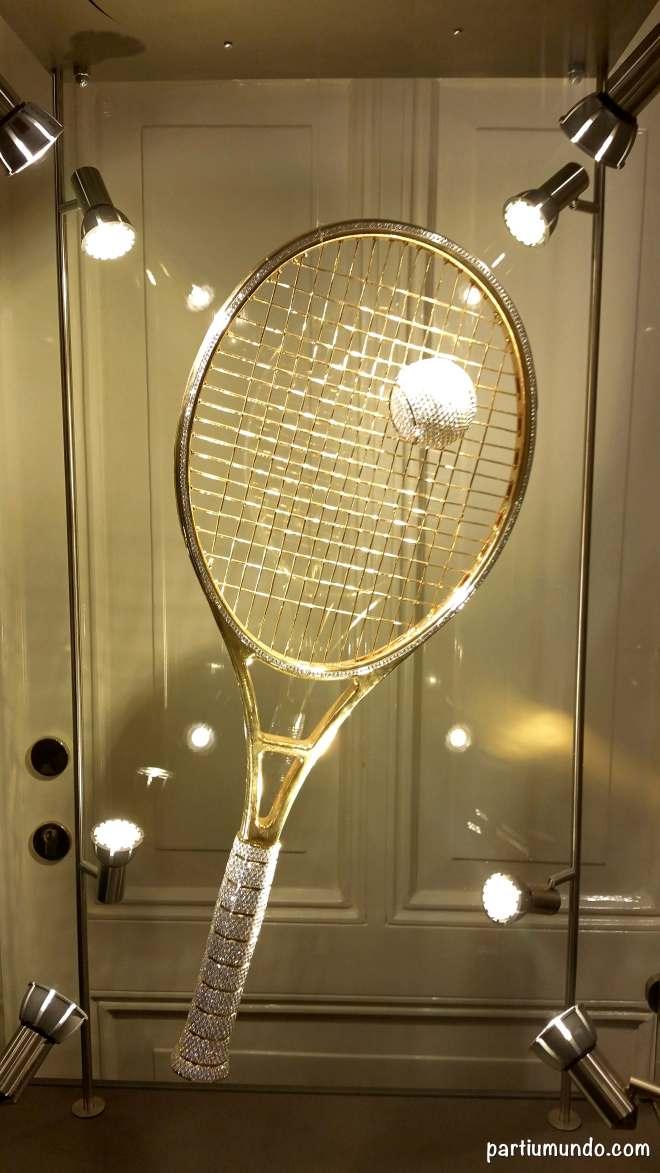 Golden Racket - raquete de ouro cravejada com 1420 diamantes / gold racquet studded with 1,420 diamonds