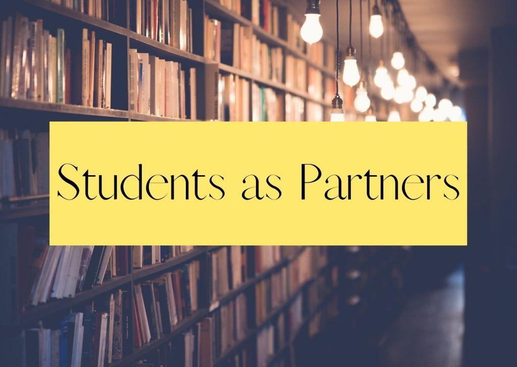 Im Hintergrund ist unscharf eine Bücherwand und verschwommene Lichter, im Vordergrund ein Gelbes Feld mit schwarzem Schriftzug, der lautet Students as Partners.