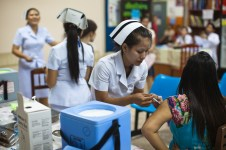4.23 - Vientiane - MCH - UPS - woman being vaccinated