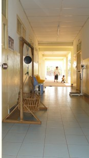 4.25 - Champasack prov. 2 - scale for weighing babies in hallway of health clinic