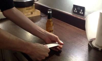 åben en øl med et stykke papir