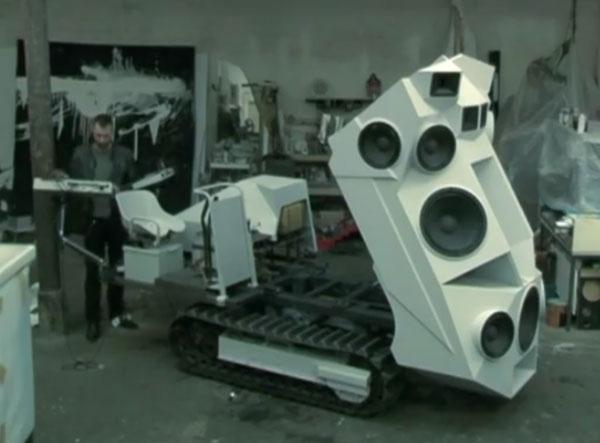 4000 Watt Soundsystem auf Panzer installiert.