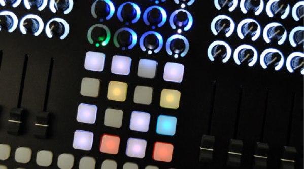 CNTRL:R ist ein neuer MIDI Controller von Livid Instruments, dass entwickelt wurde und für über ein Jahr mit dem Pionier der elektronischen Musik Richie Hawtin und anderen Künstlern von seinem Minus Plattenlabels getestet wurde.