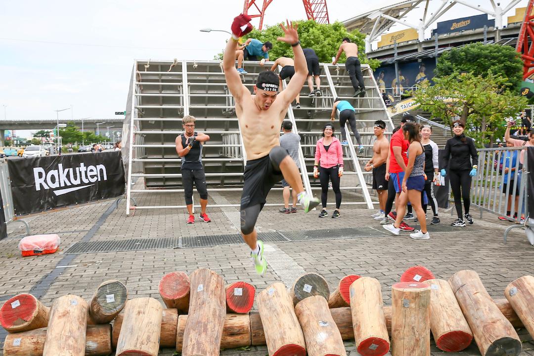 王大文化身斯巴達野獸隊長 二度挑戰五公里障礙跑