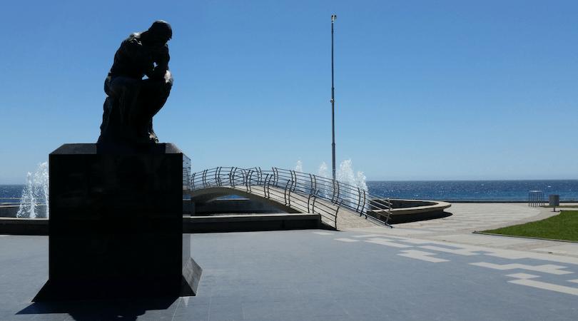 El Pensador de Rodin en el borde cosrtero