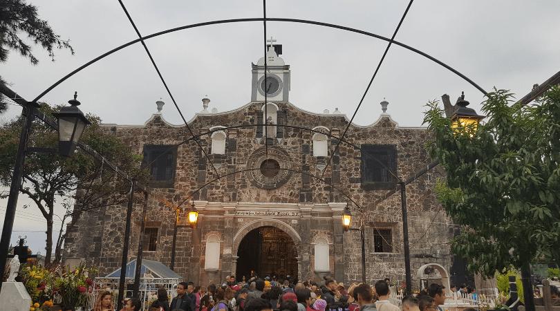 La entrada a la iglesia y el panteón a ratos intransitables