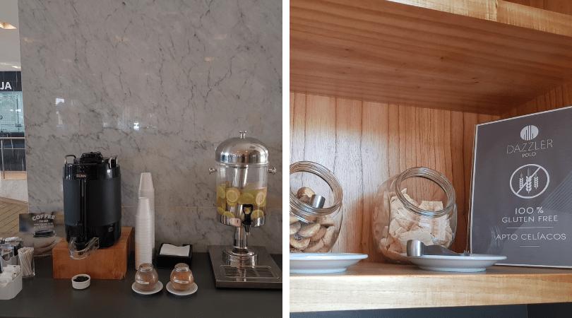 Opciones de té, café y agua para llevar en el hall y opciones gluten free del desayuno