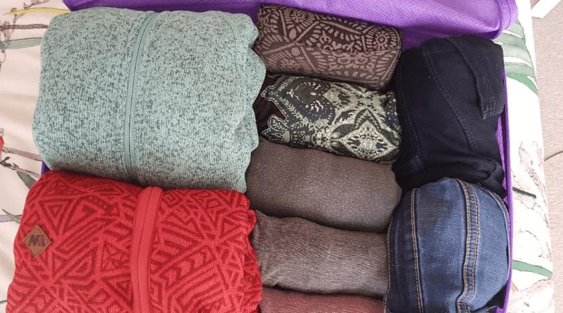 En el cubo más grande va toda la ropa, lo que más abulta son los polars, al medio van las primeras capas, algunas blusas y el pijama y al derecho pantalones