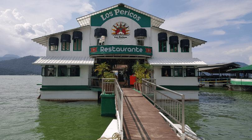 Son varios los restaurantes flotantes que encontrarás, este fue nuestro elegido