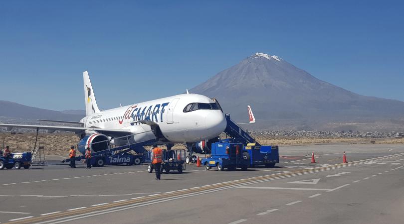 Vuelo de Jetsmart desde Santiago con el volcán Misti de fondo