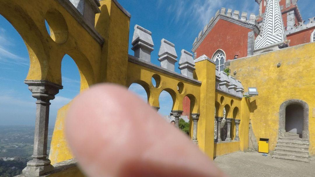 trucos para tomarte las mejores fotos viajando sola - Aquí en el Palacio Pena en Sintra, Portugal ¿me ven?