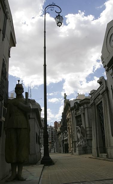 Kairėje - skulptūra prie bendro kapo kareiviams, žuvusiems kare su Paragvajumi.