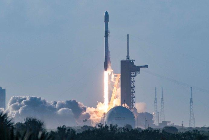 Lancement fusée Starlink Elon Musk Wifi espace SpaceX