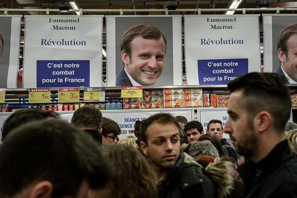 Emmanuel Macron, election candidate, signing session in a mall, in a weird comparison between the candidate and industrial products #macron #politics #french #france #ecology #election #election2017 #emmanuel #instadaily #picoftheday #consumerism #product #marketing #storytelling #sell #discount #mall #industry @emmanuelmacron @qofficiel
