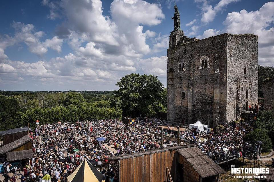 Historical conference by Frédéric Courant from @espritsorcier at @leshistoriques festival, Montbazon, France. Photo Pascal Montagne. #festival #summer #history #historical @forteressemontbazon #sky #crowded #dailypic #instalike #instagood #instadaily #conference #castle #france #loirevalley @igerstours #leshistoriques2018 #medieval #