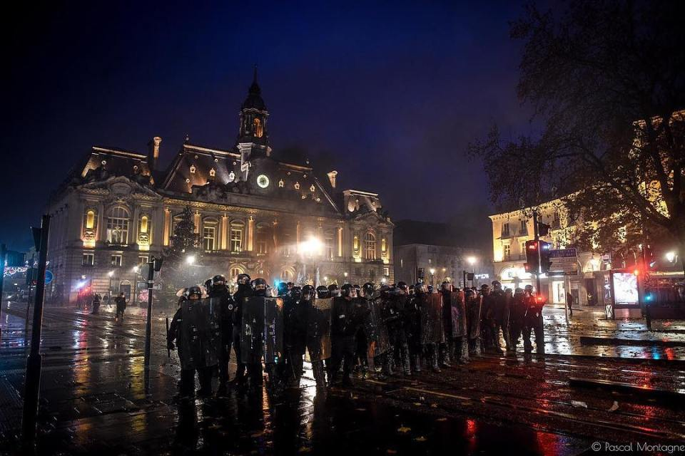 Riot police team against yellow vests, after 5 hours of riots. Pascal Montagne for @37degres . #france #giletsjaunes #yellowvests #tours #police #riot #demonstration #protection #fight #government #tours #instalike #instadaily #daily #manifestation @hl_grand_ouest @villedetours @igerstours
