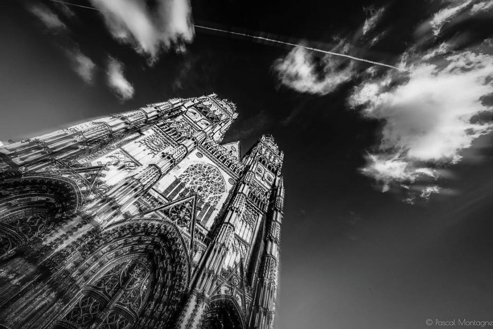 Tours cathedral in double exposure  #religion #france #patrimoine #heritage #carhedral #tours #clouds #blackandwhite #instablackandwhite #blackandwhitephotography #double #doubleexposure #church #catholic #instalike #instagood @villedetours @igerstours