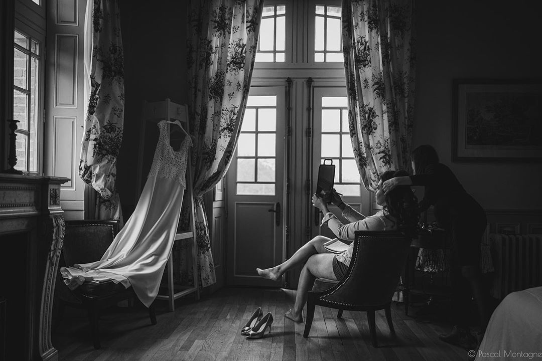 Wedding preparation. Wedding photography with @delphine_nivelet . #wedding #weddings #weddingdress #weddinghair #weddingday #weddingdecor #weddingmakeup #dress #mirror #castle #blackandwhite #blackandwhitephotography #bnw #bnwphotography #leica #instablackandwhite #leicaq @leicacamerafrance