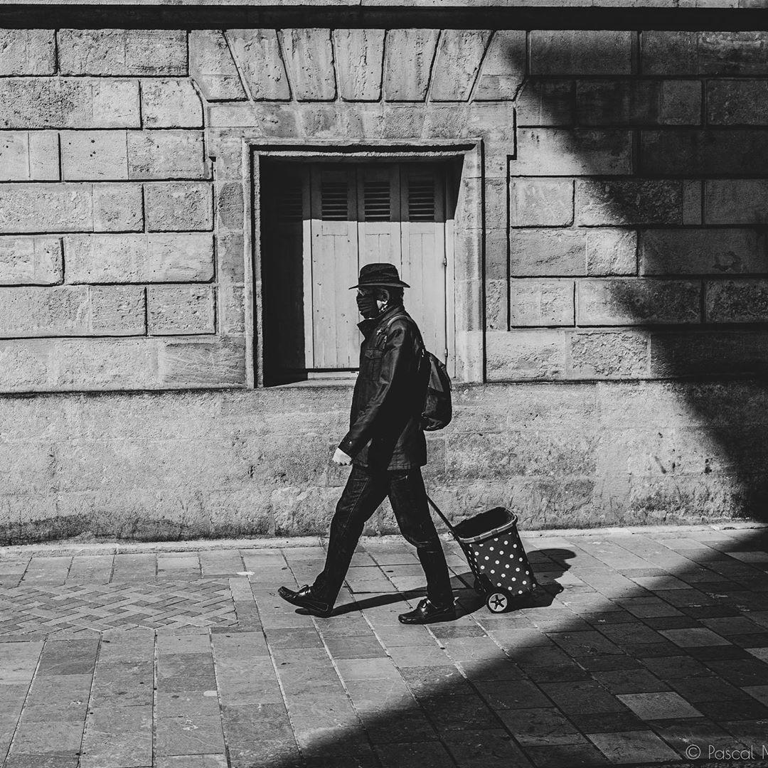 Confinement – day 46 – #confinement #covid_19 #coronavirus #blackandwhitephotography #blackandwhite #bnw #bnwphotography #shadow #alone #streetphotography #bnwstreetphotography #street