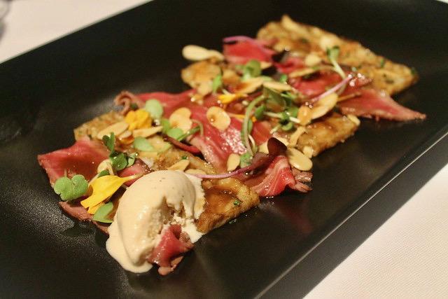 Carpaccio de presa ibérica, boletus, almendras fritas y helado de mostaza Cocinandos