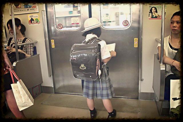 Niña metro Japon