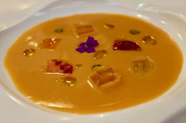 Sopa de tomate con helado de aceite de oliva, en 'Casa Fermín'