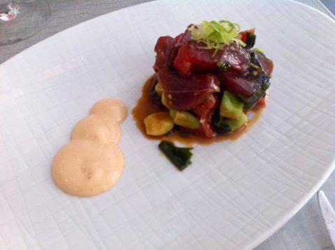 Tartar de atún picante con aguacate, alga wakame y pomelo rosa Bacira Restaurantes en Chamberí