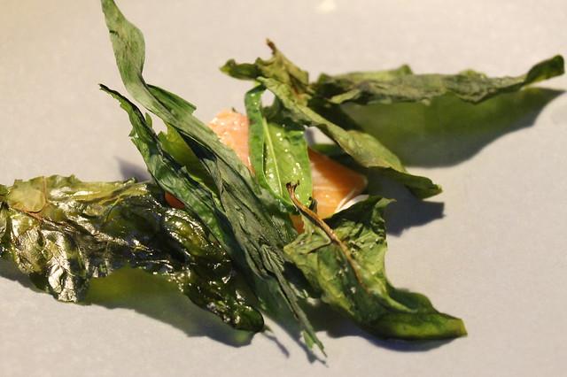 Trucha escalfada, ajo silvestre y espinacas Relae Copenhague