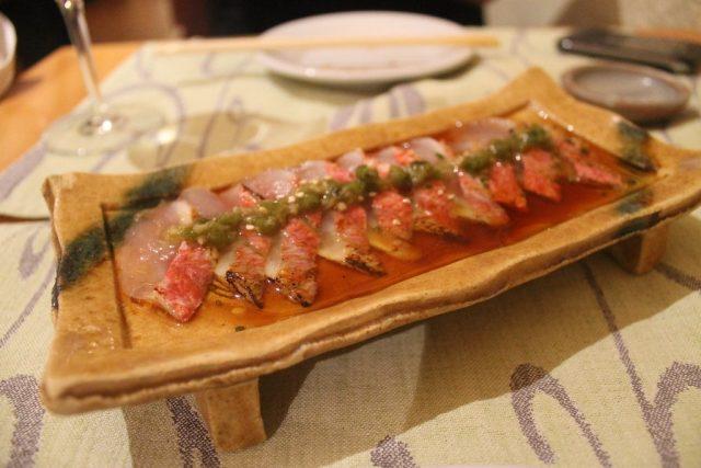 Carpaccio de salmonete con salsa ponzu y hoja de wasabi Shunka Barcelona
