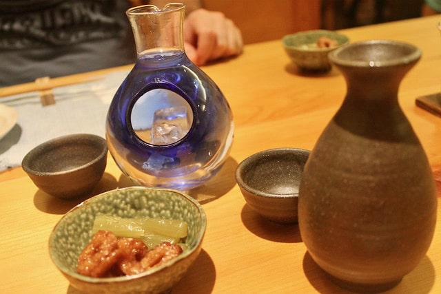 Sake frío y sake caliente y encurtidos japoneses