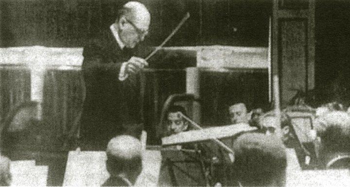 Beigbeder dirigiendo la Orquesta Sinfónica de Madrid hacia 1948.