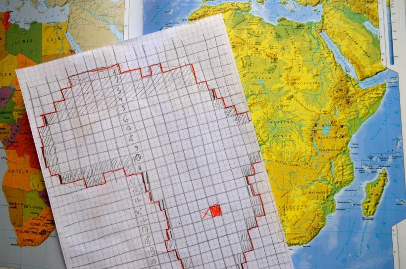 Odwzorowanie mapy Afryki na kartce papieru