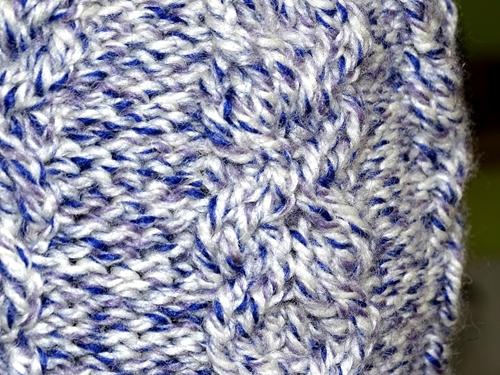 Czapka na drutach z wzoru od Wyszydełkowanej, zbliżenie na warkocze