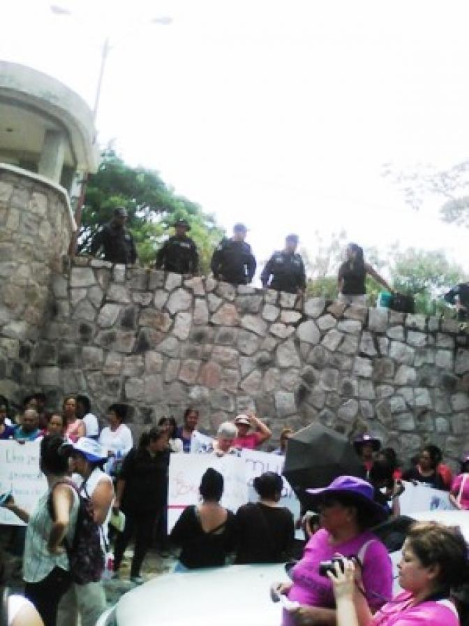A pesar de acciones de amedrentamiento mujeres inundan Corte Suprema en apoyo a Gladys Lanza