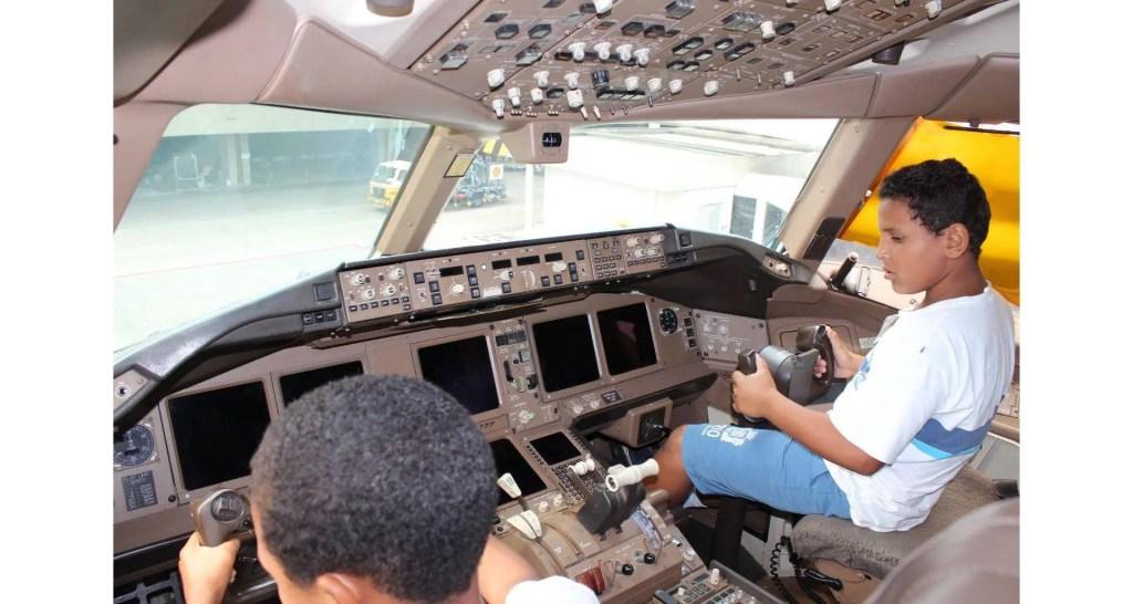 RIOgaleao - Visita de criancas  à aeronave pela primeira vez